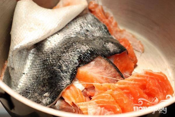 1.Берем рыбу и отделяем филе. Голову плавники кости и шкуру сложим в большую кастрюлю.