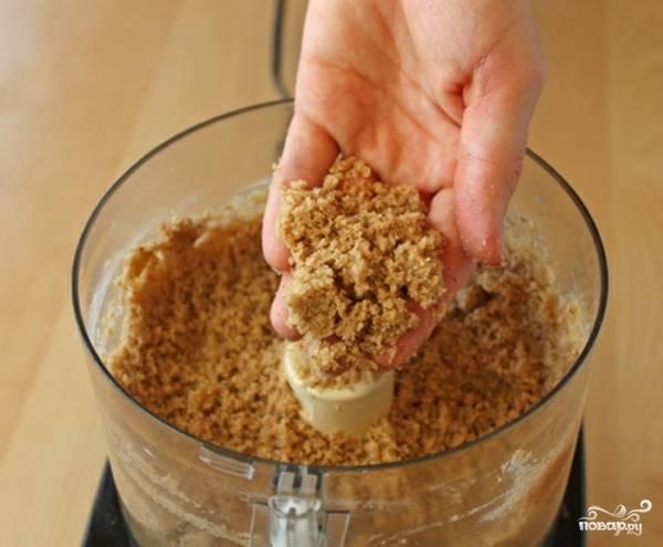 1. Итак, сделаем присыпку для румяной хрустящей корочки. Смешаем в блендере орехи, коричневый сахар, 100 граммов муки, 1 ст.л. корицы, 50 граммов сливочного масла и ванильный экстракт. Смешаем до вот такой рассыпчатой консистенции.