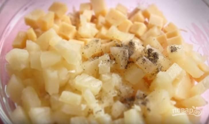 4. Соедините все ингредиенты, добавьте мелко нарезанный чеснок и черный перец.