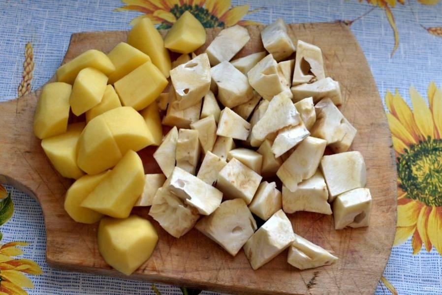 Картофель и корень сельдерея нарежьте кубиками.