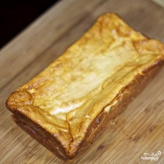 Готовый сырник достаем из духовки, извлекаем из формы и остужаем до комнатной температуры. Идеально, чтобы он простоял ночь в холодильнике - наутро будет только вкуснее.