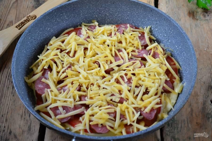 Присыпьте тертым твердым сыром и жарьте на медленном огне под крышкой 5-7 минут.
