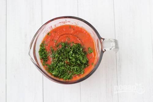 5. Вымойте и обсушите свежую зелень. Нарежьте мелко, добавьте в чашу и еще разок измельчите. По вкусу можно добавить еще соль или специи. Все, соус готов. Его можно разлить по чистым баночкам и убрать в холодильник.