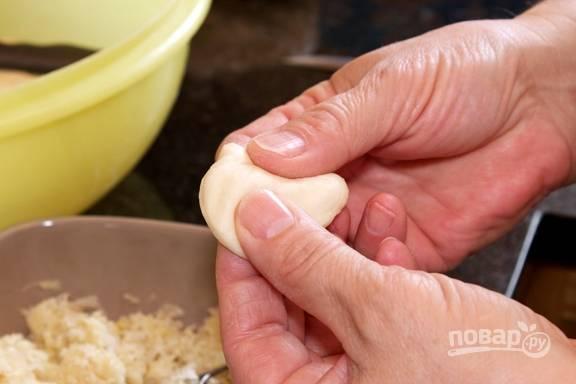 15.Достаньте тесто. Отщипните от общей массы небольшое количество теста и сформируйте руками лепешку (можно использовать стакан).