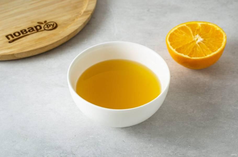 Апельсин помойте, выдавите сок. Для смузи потребуется 160-180 мл.