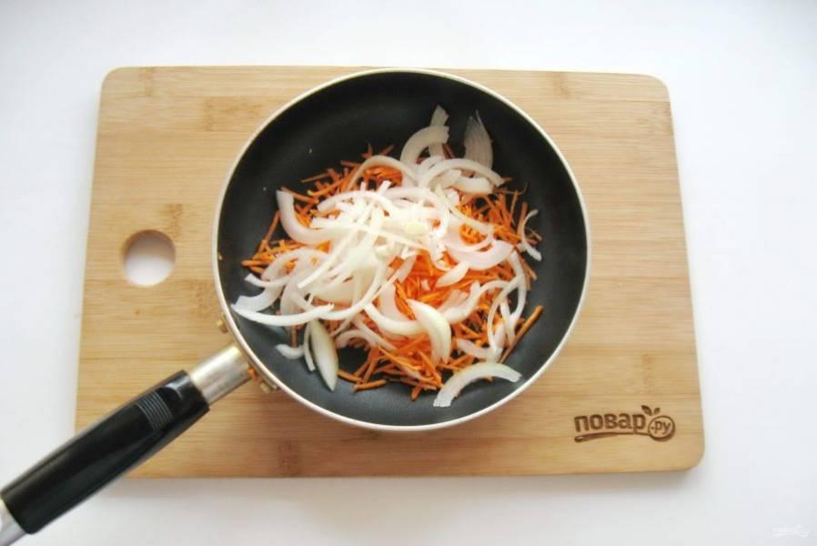 Репчатый лук и морковь очистите, помойте и нарежьте. Выложите в сковороду.