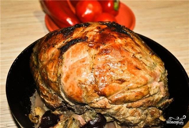 Готовой свинине, запеченной со сливами, дайте отдохнуть — и можете нарезать.