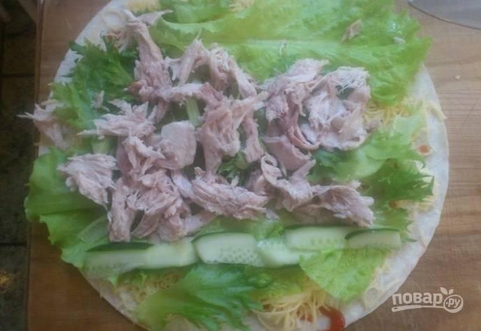 3. Последний слой — нарезанная курица.