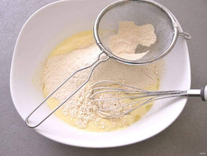 """Просейте муку, замесите тесто, оно будет немного липким, но так и должно быть, оставьте его на несколько минут """"отдохнуть"""". В это время займитесь приготовлением фарша."""