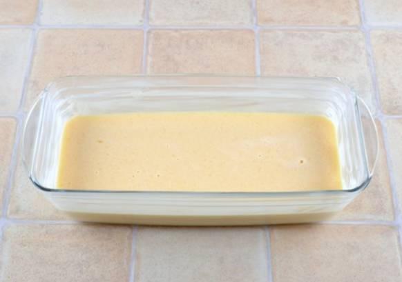 Вливаем яично-молочную массу в форму для выпечки, предварительно смазанную сливочным маслом.