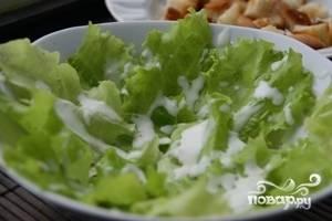 Польем салатные листья соусом и осторожно перемешаем.