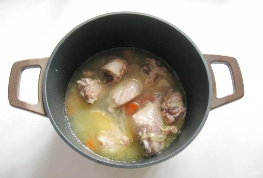 Налейте 250-300 мл воды и тушите курицу на среднем огне 10-12 минут.