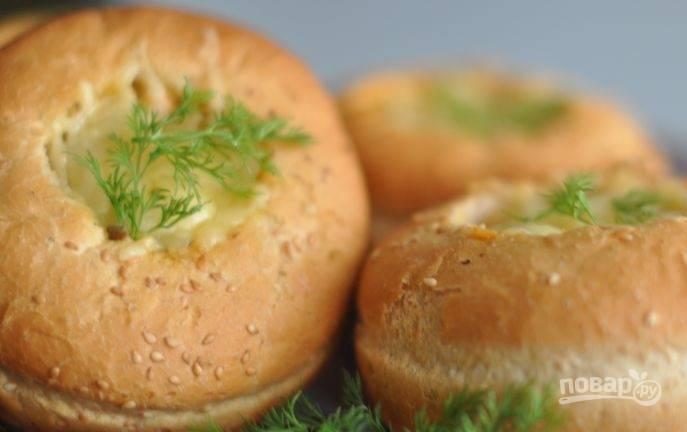 Запекайте булочки в течение 10 минут в духовке при 180 градусах. Приятного аппетита!