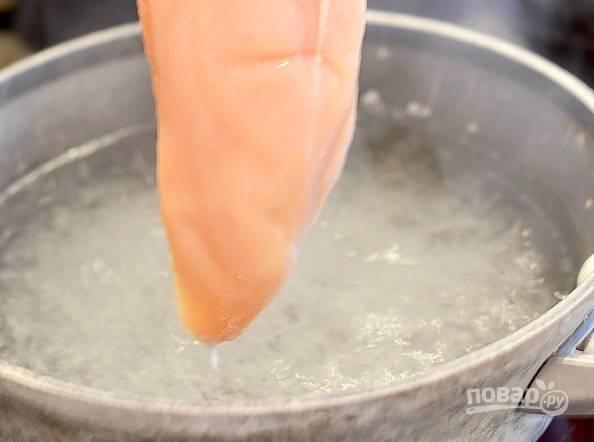1. В кипящую подсоленную воду отправьте куриную грудку и отварите до готовности (минут 20). После остудите.