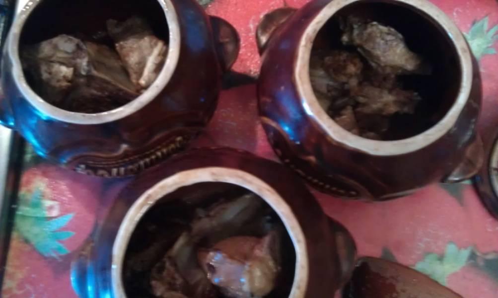 Выкладываем мясо в горшочки.