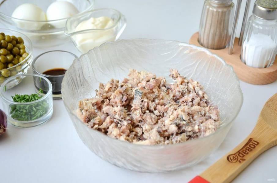 2. Удалите рыбные косточки, порежьте или вилочкой разомните мясо.