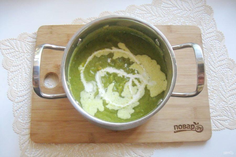 После влейте в суп сливки.