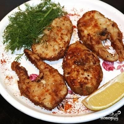 Готовую рыбу подаем с приготовленным соусом, любимым гарниром и лимоном. И, опционально, бокалом сухого белого. Приятного аппетита! :)