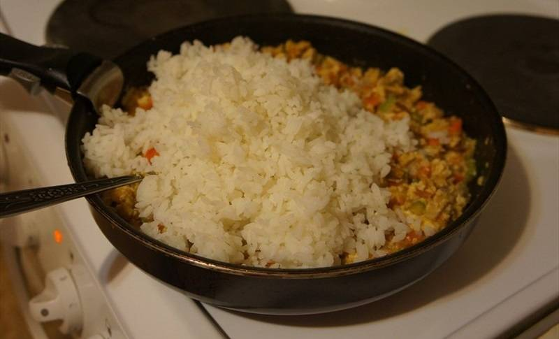 Через пару минут добавьте рис.