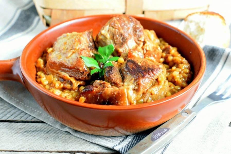 Подавайте блюдо горячим. Его смело можно дополнить квашеными овощами.