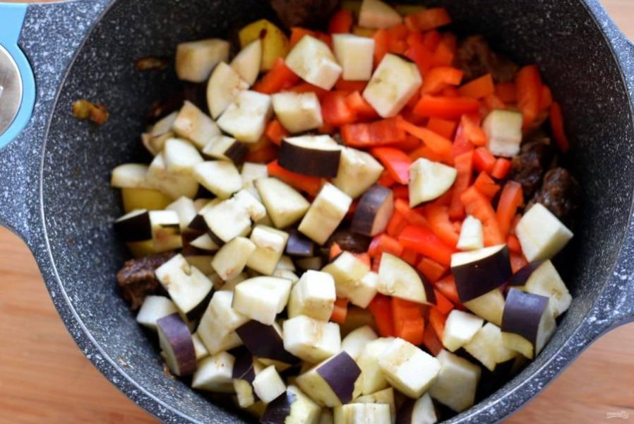 Добавьте баклажан и сладкий перец. Немного обжарьте.