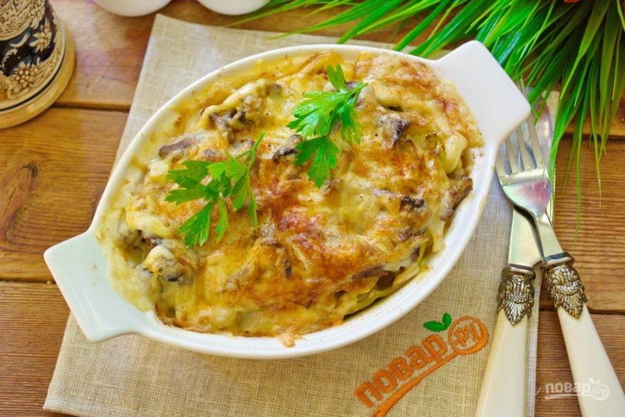 Разогрейте духовку до 200 градусов. Запекайте блюдо в духовке (не накрывая) 30-40 минут. Достаньте, дайте немного остыть и подайте к столу, украсив зеленью по вкусу.