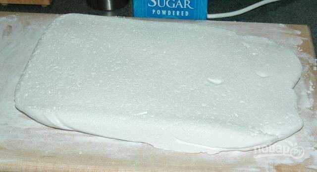 7. Выложите пласт зефира на накрахмаленную с сахарной пудрой поверхность и разрежьте на любые кусочки.