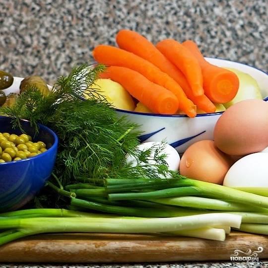 Сперва необходимо подготовить все ингредиенты: яйца сварить вкрутую, картофель - в мундирах, морковь - до готовности.
