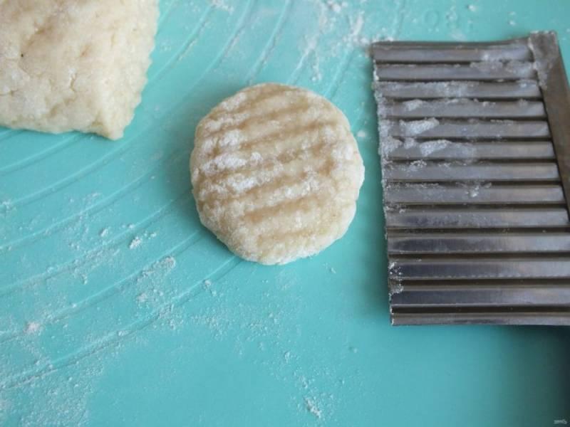 С помощью ножа или фигурной вырубки, нарежьте печенье в количестве 15-17 шт. Придайте округлую форму, декорируйте по желанию.