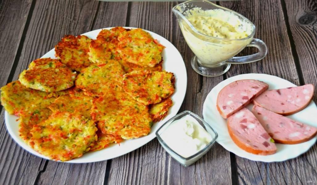 Подавайте драники со сметаной и различными соусами. Приятного аппетита!