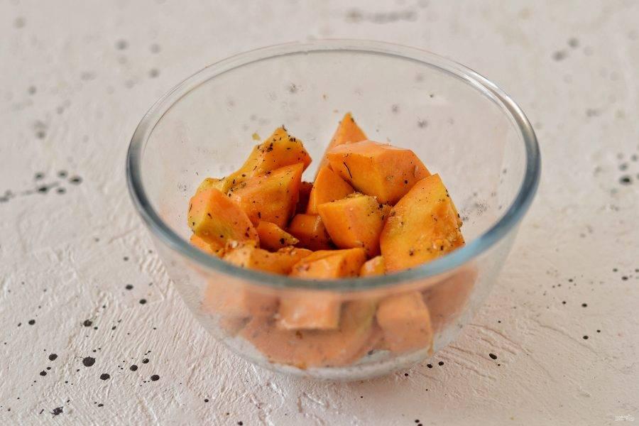 Тыкву очистите от кожуры, затем нарежьте на ломтики среднего размера. Добавьте оливковое масло, специи и соль.
