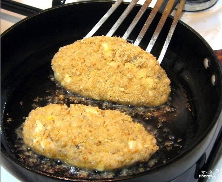 В сковороду наливаем небольшое количество масла и обжариваем на нем котлетки со всех сторон.