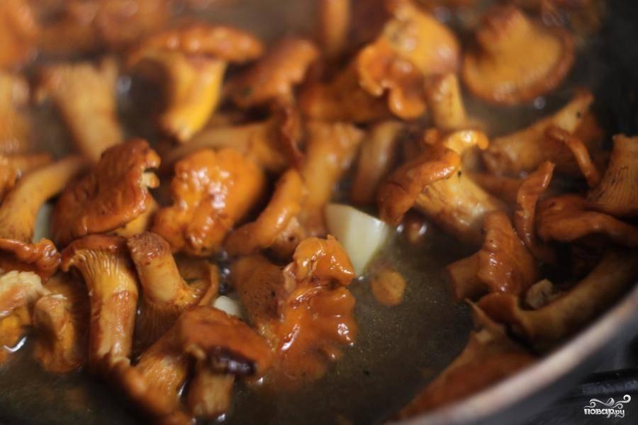 Тушить грибы следует около 20-25 минут. Если вода начнет выкипать, понемногу подливать. В самом конце добавить нарубленный крупными кусками чеснок. Посолить.