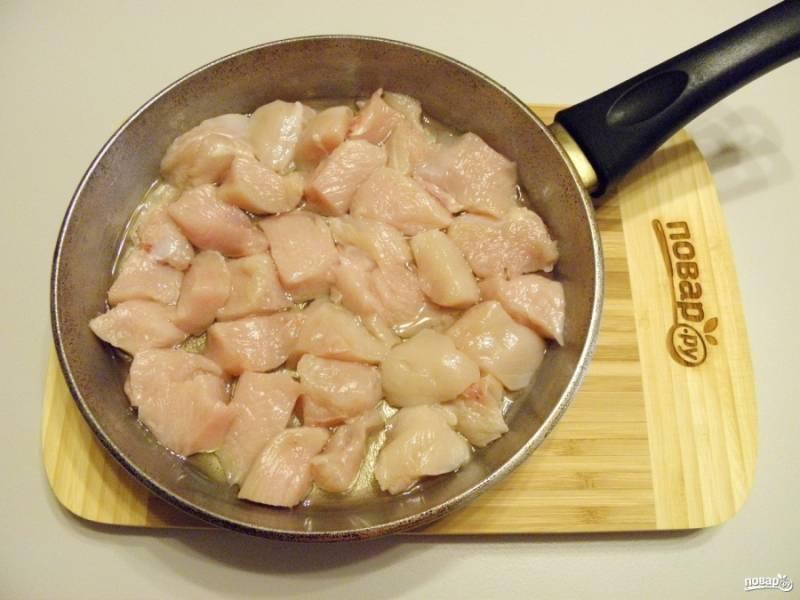 2. Порежьте мясо небольшими кусочками, затем обжарьте его на растительном масле до появления золотистой корочки. Доводить мясо до готовности не следует, главное — получить корочку, чтобы в процессе тушения мясо не потеряло сочность.