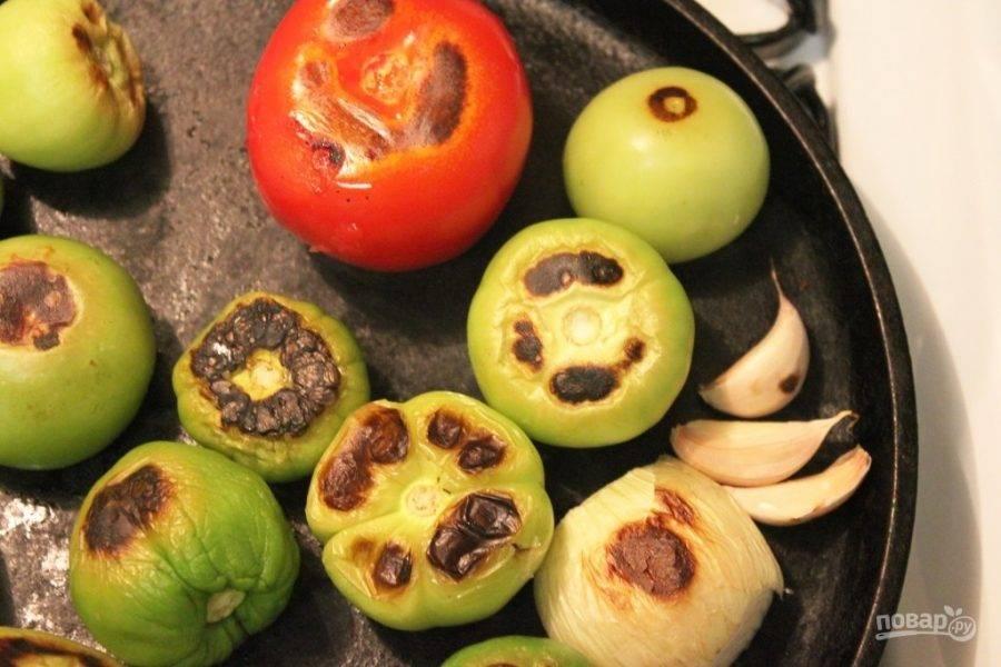 Запекайте овощи минут 8, переворачивая время от времени. На них появится коричневая корочка. Чеснок будет готов через 2-3 минуты, удалите его со сковороды и очистите.
