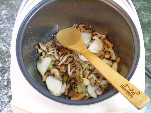 3. Обжариваем лук с грибами на рафинированном масле до полуготовности.