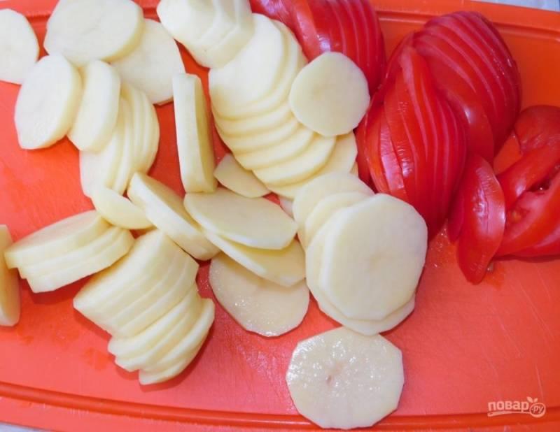 Нарежьте картофель и помидоры тонкими кружочками.