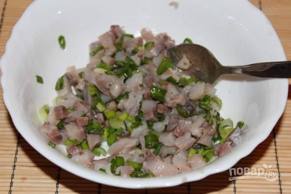 1. Для начала вымойте картофель и в кожуре поставьте его вариться. Тем временем нарежьте сельдь небольшими кубиками и добавьте немного зелени. Можно сбрызнуть уксусом по вкусу.