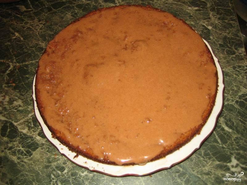 Соберите торт: смажьте первый корж одной третью крема.