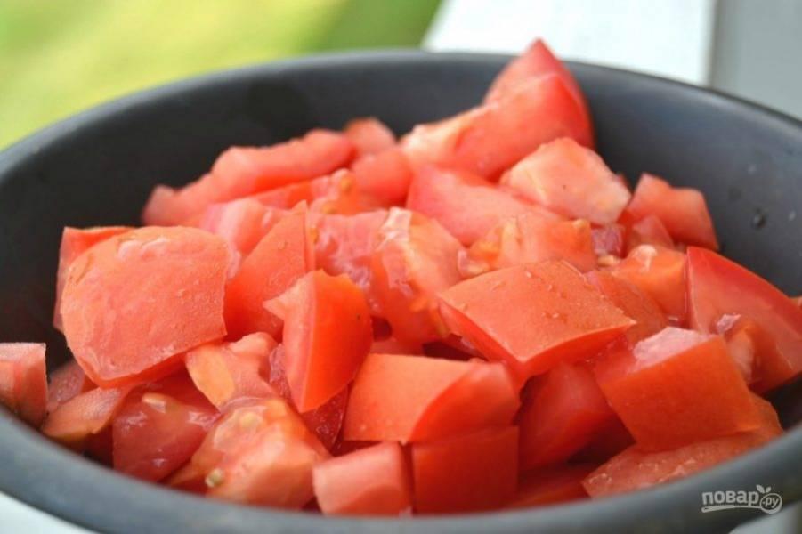 2.Помойте помидоры и порежьте кусочками. Положите кусочки помидора в миску.