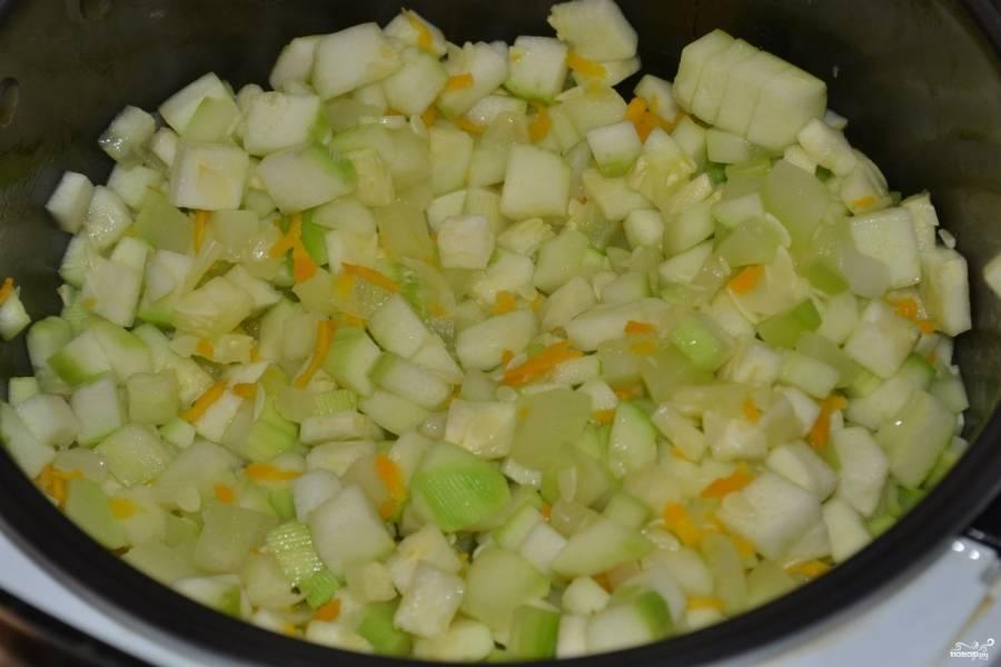 В чашу мультиварки влейте растительное масло, высыпьте подготовленные овощи и хорошо перемешайте.