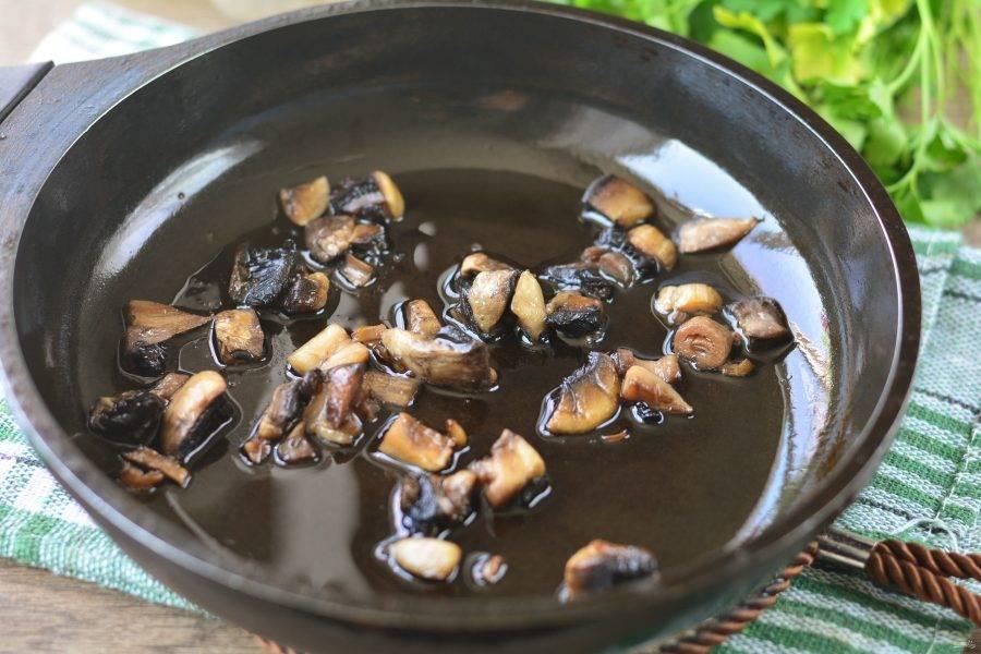 Обжарьте грибы в сковороде с добавлением растительного масла. Жарьте 3-4 минуты помешивая, добавьте соль и черный перец по вкусу.