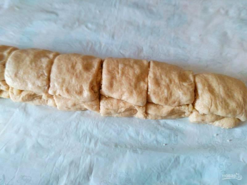 Повторите аналогичную манипуляцию в третий раз, оставив немного крошки для декорирования булочек. Получившийся длинный свёрток разрежьте на 8-10 равных кусочков.