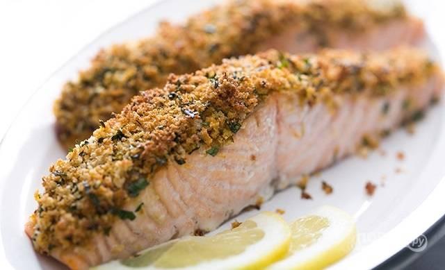 6.Подавайте лосося с ломтиками лимона и свежей зеленью.