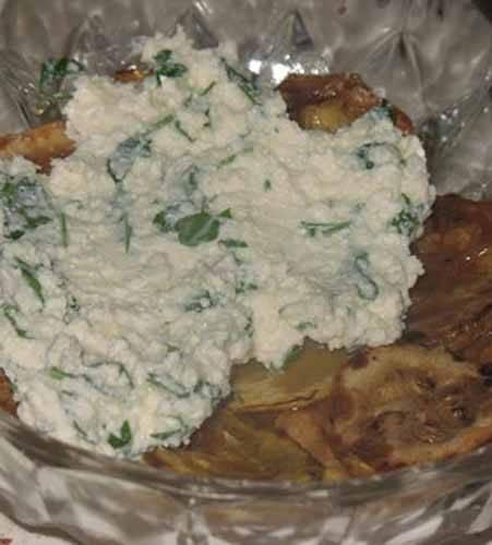 Выкладываем в блюдо половину кабачков. Творог выкладываем следующим слоем, мажем майонезом.