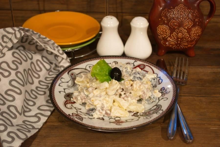 Заправьте салат майонезом. Посолите и поперчите по вкусу. Подайте салат к столу, украсив 1 маслинкой.