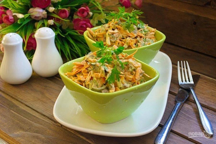 6. Подайте салат к столу, разложив его по порционным салатникам.