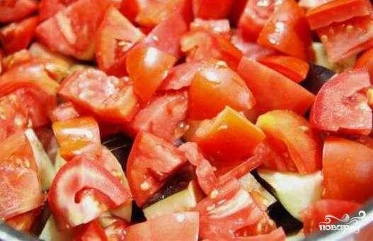 Солим, перчим и выкладываем наверх слой крупно нарезанных помидоров.
