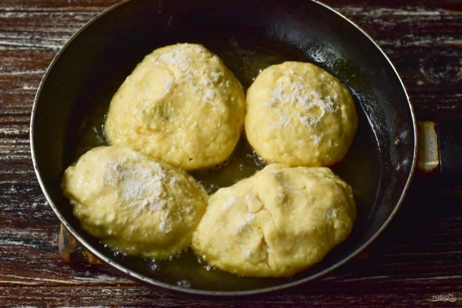 Выложите сырники в сковороду, в которой нагрейте растительное масло.