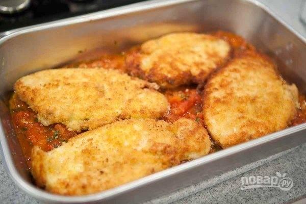 4. После переложите филе в жаропрочную форму. В данном случае на дне формы — домашний томатный соус.
